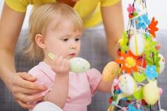 Il bambino d'aiuto della mamma ha fatto la decorazione di Pasqua Fotografia Stock