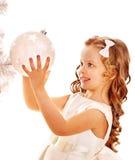 Il bambino decora l'albero di Natale bianco. Fotografie Stock