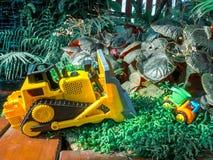 Il bambino dei bambini gioca il trattore ed il camion sul pavimento di legno nel campo da giuoco Immagine Stock Libera da Diritti