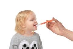 Il bambino del bambino del bambino prende ad una sospensione medica orale un ibuprofene Fotografia Stock Libera da Diritti