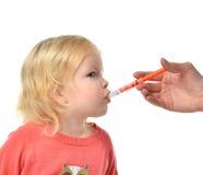 Il bambino del bambino del bambino prende ad una sospensione medica orale un ibuprofene Fotografie Stock Libere da Diritti