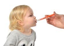 Il bambino del bambino del bambino prende ad una sospensione medica orale un ibuprofene Fotografia Stock