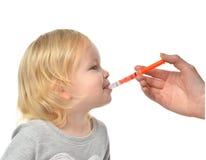 Il bambino del bambino del bambino prende un ibuprofene suspensionan medico orale Fotografia Stock Libera da Diritti