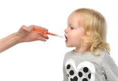 Il bambino del bambino del bambino prende un ibuprofene suspensionan medico orale f Immagine Stock