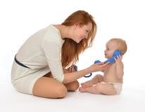 Il bambino del bambino dell'infante e della madre scherza la ragazza che chiama dal telefono Fotografie Stock Libere da Diritti