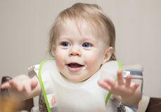 Il bambino del bambino di 1 anno nutre con il cucchiaino Fotografia Stock