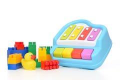 Il bambino del bambino gioca lo xilofono del giocattolo dell'anatra di lego del collage Fotografia Stock Libera da Diritti