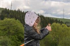 Il bambino della bambina prende le immagini sul telefono della montagna mentre viaggia fotografie stock