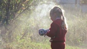 Il bambino della ragazza estingue il fuoco video d archivio