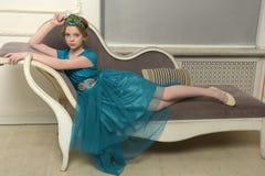 Il bambino della ragazza nel vestito affascinante Fotografie Stock Libere da Diritti