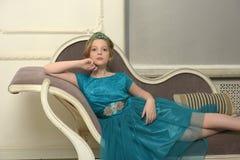 Il bambino della ragazza nel vestito affascinante Fotografia Stock