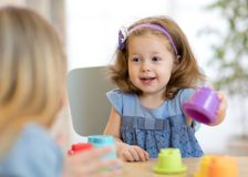 Il bambino di 2 anni che gioca con la tazza educativa gioca a casa Immagine Stock Libera da Diritti