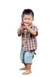 Il bambino di 2 anni sveglio, bambini asiatici che giocano il walkie-talkie radiotrasmette immagine stock libera da diritti