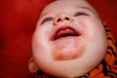 Il bambino di dentizione con sbava eruzione Immagini Stock
