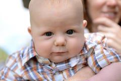 Il bambino di 3 mesi con un'espressione divertente e sbava Fotografia Stock