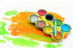 Il bambino dipinge i colori di acqua immagine stock