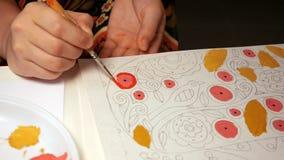 Il bambino dipinge l'immagine dell'acquerello con il pennello Fotografia Stock