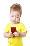 Il bambino divertente esamina lo schermo dello smartphone Fotografia Stock Libera da Diritti