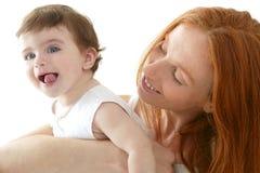 Il bambino e la mamma nell'amore abbracciano il bianco Fotografie Stock Libere da Diritti