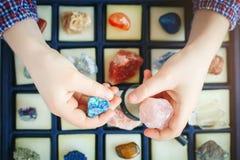 Il bambino esamina la sua raccolta dei minerali Il piccolo geologo immagine stock