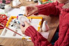 Il bambino fa i mestieri ed i giocattoli, concetto fatto a mano Posto di lavoro del materiale illustrativo con gli accessori crea immagini stock libere da diritti