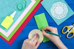 Il bambino fa la carta il giorno al ` s della madre o dell'8 marzo Punto 3 Immagini Stock