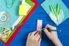 Il bambino fa la carta il giorno al ` s della madre o dell'8 marzo Punto 6 Fotografie Stock