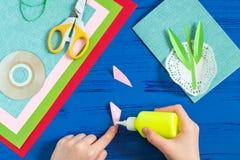 Il bambino fa la carta il giorno al ` s della madre o dell'8 marzo Punto 8 Fotografia Stock Libera da Diritti