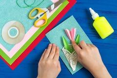 Il bambino fa la carta il giorno al ` s della madre o dell'8 marzo Punto 9 Immagini Stock