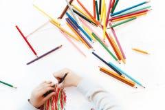 Il bambino fa la pittura su Libro Bianco fotografia stock