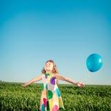Il bambino felice che gioca con il giocattolo variopinto balloons all'aperto Immagine Stock Libera da Diritti