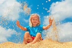 Il bambino felice ha un divertimento con il raccolto di grani Fotografia Stock Libera da Diritti