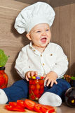 Il bambino felice il cuoco del cuoco unico cucina l'alimento Fotografia Stock
