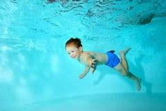 Il bambino felice nuota underwater nello stagno e ride Ritratto Fotografia Stock Libera da Diritti