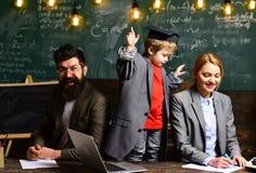 il bambino felice sta imparando Concetto di e-learning con lo studente che tiene il suo computer portatile moderno L'insegnante d Fotografia Stock
