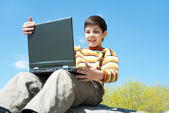 Il bambino felice studia all'esterno Fotografia Stock