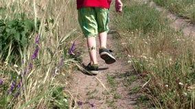Il bambino funziona lungo una strada non asfaltata archivi video