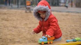 il bambino gioca l'automobile sulla via video d archivio