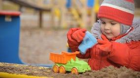 il bambino gioca l'automobile sulla via stock footage