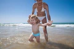 Il bambino gode dell'oceano Fotografia Stock Libera da Diritti