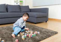Il bambino gode di di giocare il blocchetto del giocattolo fotografia stock