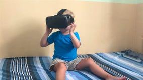 Il bambino guarda il video di VR video d archivio