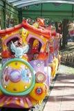 Il bambino guida nell'attrazione di estate nella sosta. Immagini Stock Libere da Diritti