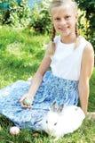 Il bambino ha cercato sull'uovo di Pasqua nel giardino di fioritura della molla immagini stock libere da diritti