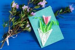 Il bambino ha fatto la carta il giorno al ` s della madre o dell'8 marzo Immagine Stock