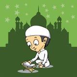 Il bambino ha letto l'Islam santo di qoran di Corano in moschea Immagini Stock Libere da Diritti