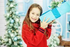 Il bambino ha ricevuto un grande regalo della scatola Nuovo anno di concetto, C allegra Immagine Stock
