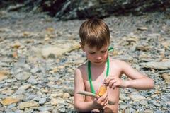 Il bambino ha trovato che una bottiglia con una polvere e è pericolosa Fotografie Stock