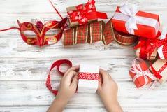 Il bambino imballa un regalo fatto a mano Regali di Natale, Immagini Stock