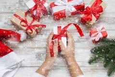 Il bambino imballa un regalo fatto a mano Regali di Natale, Immagine Stock Libera da Diritti